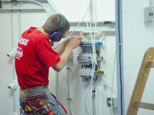 Técnico electricista haciendo instalación